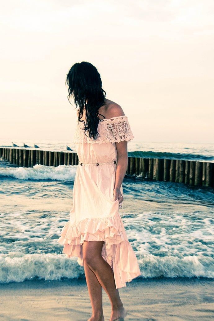Steffi mit Kleid am Strand